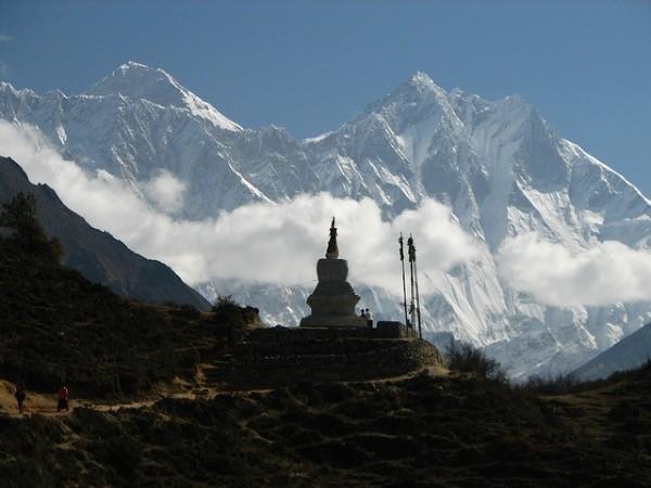 Trudno się dziwić, że miejsce to owiane jest legendą. Buddyjski czorten na tle Mt. Everestu. fot. McKay Savage http://www.flickr.com/photos/mckaysavage/497617014/ CC BY