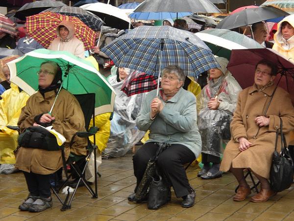 Pielgrzymi przed sanktuarium w Krakowie-Łagiewnikach