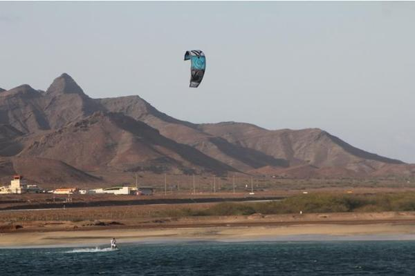 Morze i fale sprzyjają uprawianiu kitesurfingu, Cabo Verde