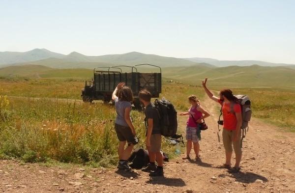 Od lewej: Ania, John, Kasia, Mateusz. Na przełęczy.