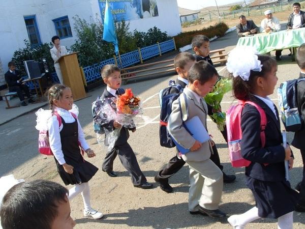 Grupa okrąża szkolny dziedziniec