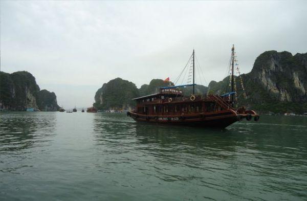 Mglista jeszcze Zatoka Ha Long