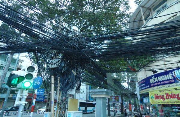 Plątanina kabli elektrycznych - widziane na większości skrzyżowań w dużych miastach.