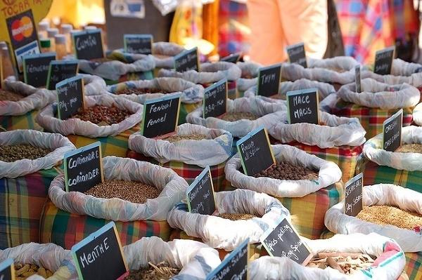 Stoisko z przyprawami na targu w Marigot