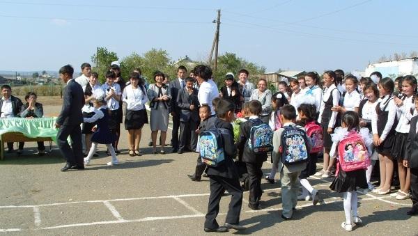 Na plecach nowych uczniów zaprezentowały się szkolne wyprawki