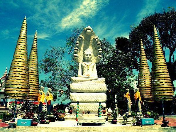 Posąg Oświeconego. Budda. Oraz charakterystyczne choineczki, które reprezentują między innymi poziomy nieba buddyjskiego, a także tzn. Neak (Smok) towarzyszący Buddzie. Posąg ten ma ok. 7 metrów wysokości i stoi w miejscowości Sihanoukville.