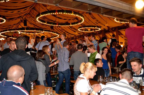 Ludzie tańczą w Festhalle