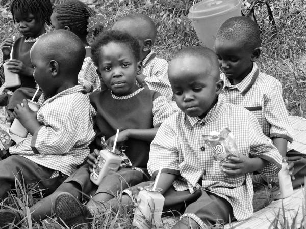 Raz na jakiś czas w przedszkolu organizowana jest wycieczka. Największą atrakcją okazują się być zawsze uwielbiane przez dzieci chipsy jigi-jigi i słodkie napoje. Miejsce,w którym odbywa się ta niecodzienna uczta zdaje się nie mieć dla małych uczniów większego znaczenia.