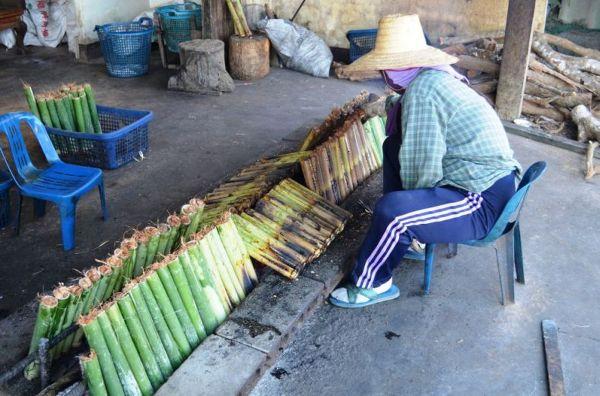 Pyszność – kleisty ryż z rodzynkami w bambusie