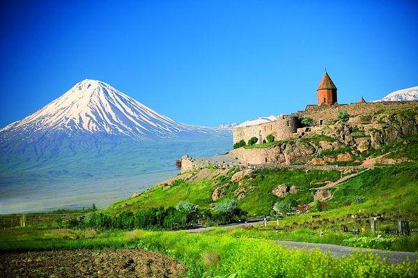 Mały i Wielki Ararat tworzą rozległy masyw wulkaniczny, położony na terenie Turcji, tuż przy granicy z Armenią i Iranem