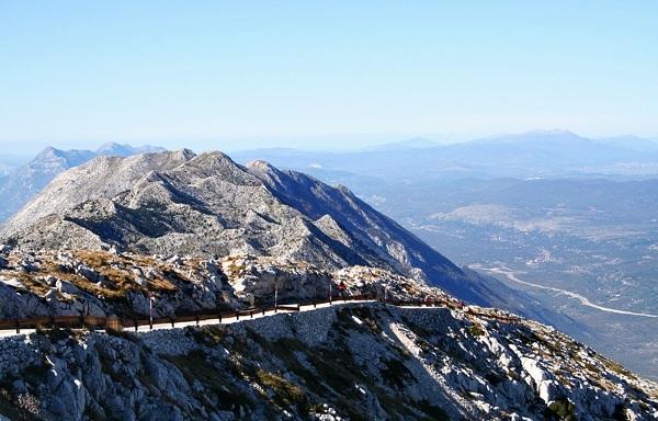 Ostatni odcinek drogi na szczyt Sveti Jure.
