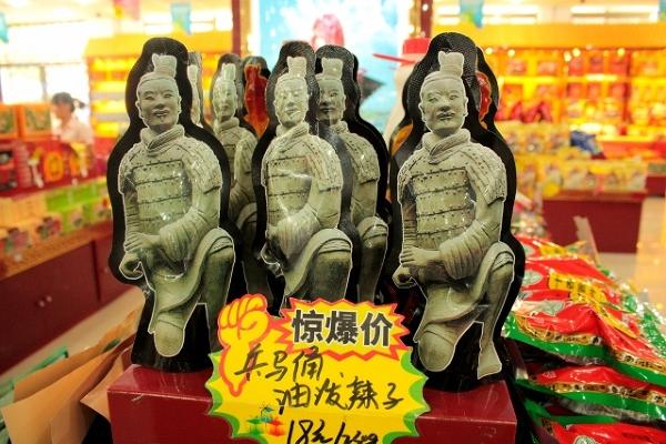 Azja, Chiny, Xian, opakowanie napoju w kształcie terakotowych żołnierzy