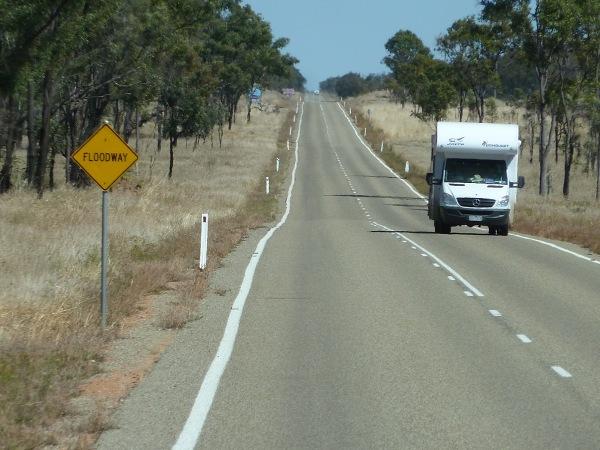 mijaliśmy też znaki informujące o tym, że odcinek drogi, po którym jedziemy w porze mokrej, może zostać zalany
