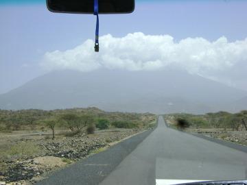 Kilimandżaro widziane po raz pierwszy w okolicach południa. Szczyt spowijają gęste chmury