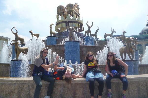 """Złota fontanna"" w centrum Kutaisi."