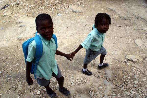 Dzieci idące do szkoły w ubraniach od UNICEF-u