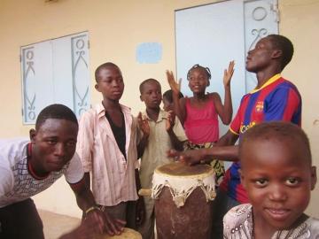 Dzieci w Czadzie. Popularna rozrywka jest granie na bębnach