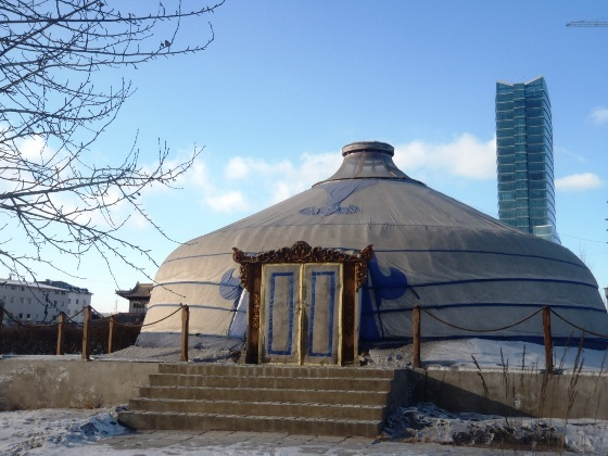 Jurta w centrum stolicy. Mongołowie mieszkają w jurtach nie tylko na wsi.