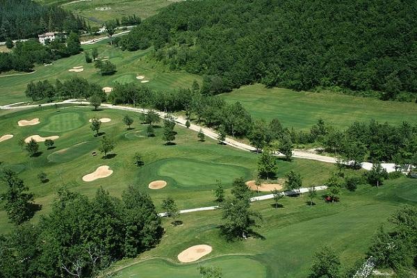 Pole golfowe, na pierwszy rzut oka, wydaje się idealnym miejscem do spania ;)