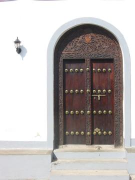 Rzeźbione drewniane drzwi wejściowe w Kamiennym Mieście - w przeszłości miały chronić przed atakami słoni