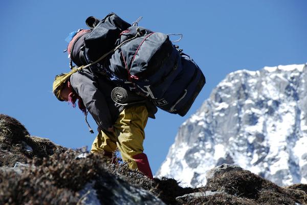 Porter zmierzający do bazy pod Island Peak