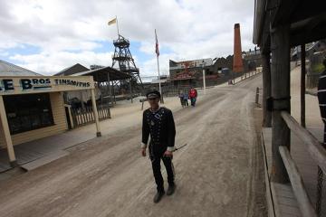 Konstable pilnują porządku. W tle zabudowania kopalni, do której udałem się, by zjechać pod ziemię, do sztolni i doświadczyć ciemności i warunków, z jakimi musieli się zmagać pracujący tam górnicy.