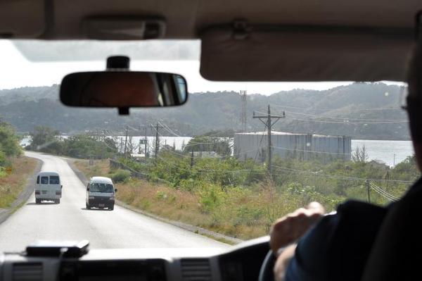 Montego Bay, Jamajka. Na Jamajce obowiązuje ruch lewostronny. Drogi nie są zbyt dobrze utrzymane i źle oznakowane. Prowadząc trzeba zachować szczególną ostrożność.
