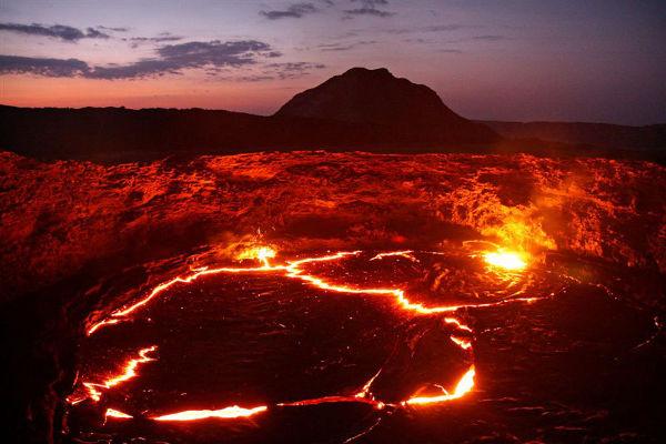 W kraterze wulkanu Etra Ale znajduje się jedyne na świecie stałe jezioro lawy o wymiarach 100m x 60m