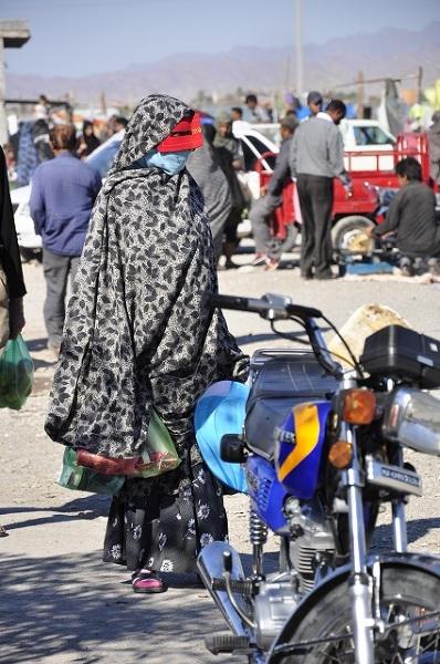Kolorowe maski zakrywają twarz dużej części kobiet w południowym Iranie