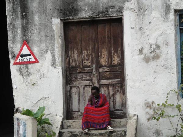 Mieszkaniec Stone Town. Zanzibar to mozaika kultur i ras, na co niemały wpływ miała przeszłość.  Do tutejszego portu zawijali niegdyś Asyryjczycy, Hindusi, Egipcjanie, Fenicjanie, Persowie, Malajowie, Portugalczycy, Arabowie, Niemcy i Brytyjczycy.
