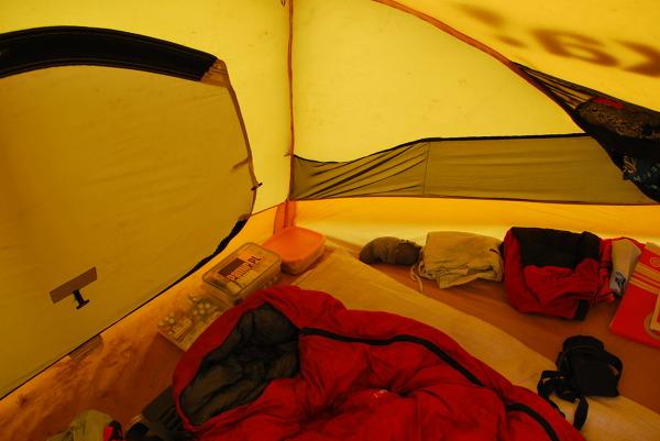 Wnętrze namiotu wyprawowego, apteczka zawsze pod ręką