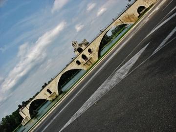 Słynny most St. Benezet opadający bezwiednie do Rodanu (Avinion)