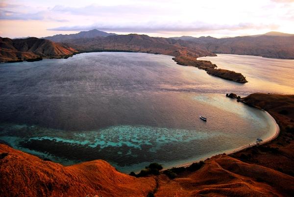 Wyspa Komodo widziana ze szczytu wyspy Gililawa Darat