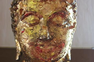 Posąg Buddy oblepiony złotkami, każde z nich kosztuje...