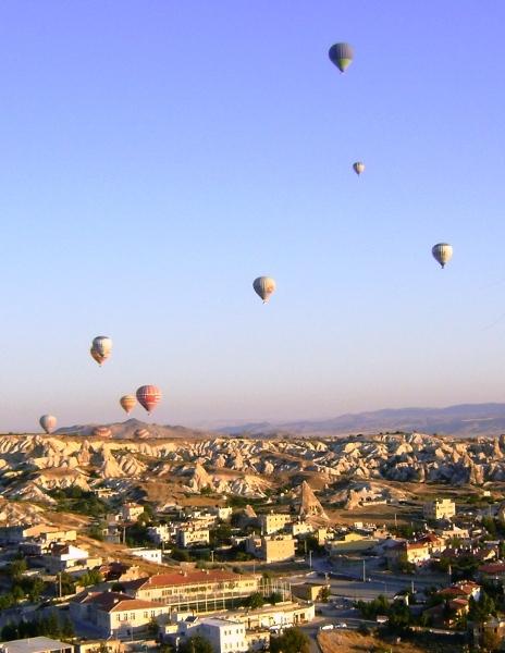 Balony nad Göreme o wschodzie słońca
