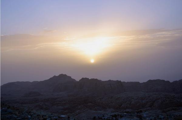 Zachód słońca nad Wadi Moussa - widok z pobliskiego wzgórza