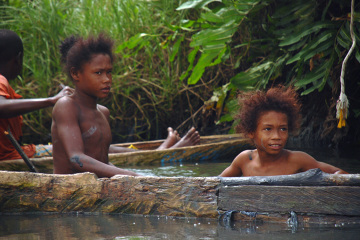 Dzieci ze slumsów bawią się w wodach zatoki Urabá.