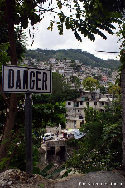 Napis w pobliżu wejścia do dzielnicy slumsów