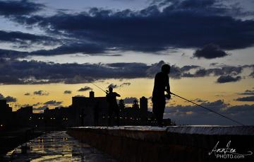Hawana, nadmorski bulwar El Malecón - wieczorami miejsce połowu ryb i spotkań towarzyskich
