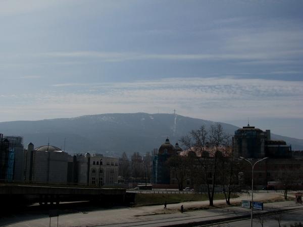 Nad Skopje góruje wielki 66-metrowy krzyż. Góry widać z każdego punktu miasta, latem rozpływające się w rozgrzanym przez słońce powietrzu, zimą skrzące się śniegiem. Ponad to krajobraz miasta zdominowany jest przez wieże i kopuły licznych kościołów i cerkwi - zabytki sztuki sakralnej zaspokoją nawet najbardziej wymagających turystów.