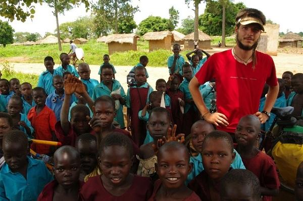 Zbyszek Gałęza z dzieciakami z północnej Ugandy