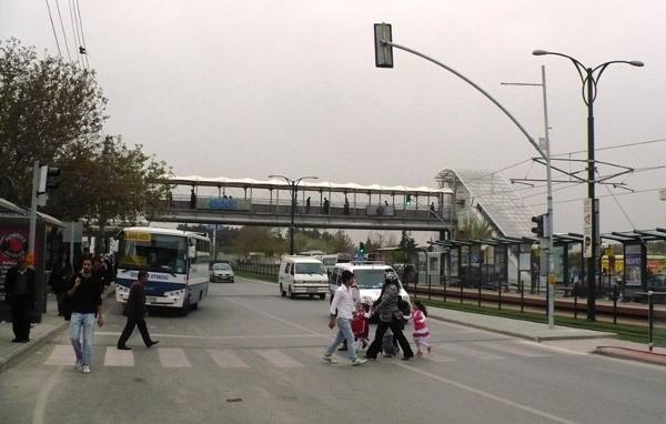 Gaziantep, nowoczesne torowisko tramwajowe, nadziemna kładka dla pieszych i pasy ze światłami 50 m dalej