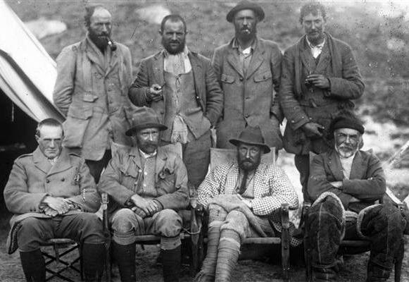 Wyprawa na Everest z 1921 r. Mallory pierwszy z prawej w górnym rzędzie