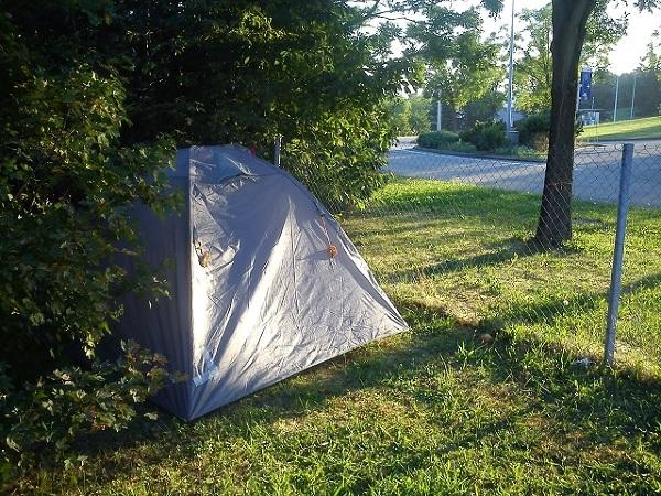 Namiot rozstawiony na francuskiej stacji benzynowej