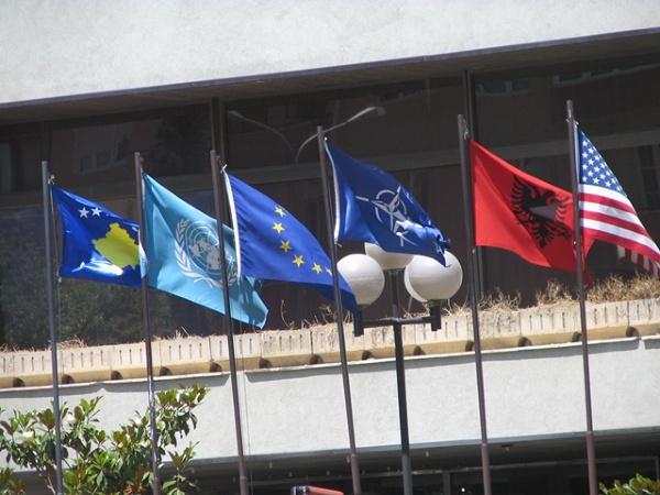 Prisztina - jeszcze przed ogłoszeniem niepodległości - ależ gdzie jest flaga Serbii...