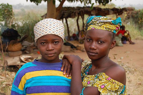 Dziewczyny sprzedające wędzoną rybę nad brzegiem Nigru