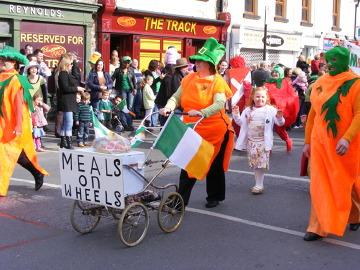 Parady są bardzo częstym zjawiskiem w Irlandii. Zdjęcie zrobione podczas lokalnej parady z okazji dnia Świętego Patryka. W uroczystościach biorą udział głównie dzieci, ale nie tylko. Jest to czas zabawy i powszechnej wesołości.