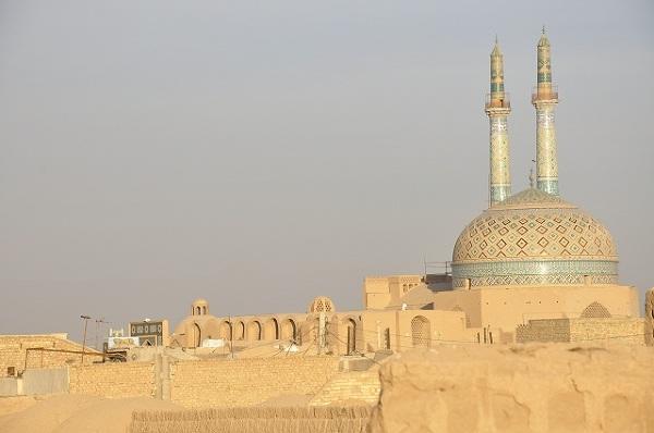 Tak jak nad Paryżem góruje wieża Eiffela a nad Rzymem bazylika św. Piotra tak w Iranie nad każdym miastem wznoszą się minarety meczetów. W pustynnym Jazdzie są to jedyne budynki, które wyróżniają się kolorem pośród piaskowej gęstej zabudowy.