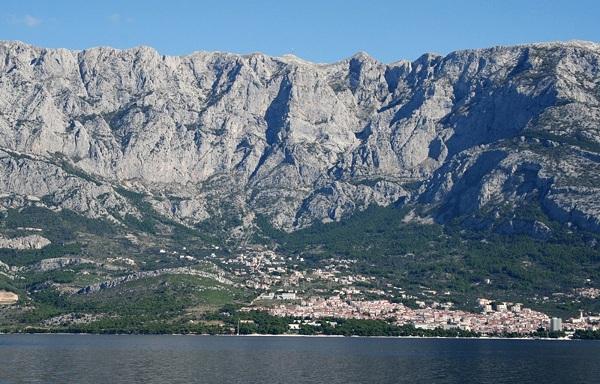 Widok z perspektywy morza na góry Biokovo i szczyt Sveti Jure.