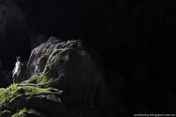 Jaskinia Poukham - bez latarki i porządnych butów daleko nie zawędrujesz.